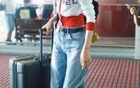 大表姐劉雯穿超短針織衫秀馬甲線,短髮隨風飄揚盡顯迷人氣質