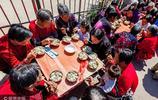 65歲以上老人免費吃餃子,河南安陽的餃子宴很溫馨
