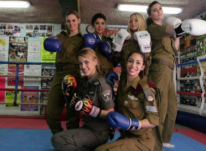 以色列女兵:穿比基尼也要帶槍