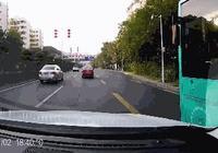 交通事故GIF警示錄:開車別有賭徒心理,無法改變客觀存在的危險