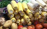菜市場買了2個玉米,說是4塊錢一斤,付錢的時候卻令人氣憤