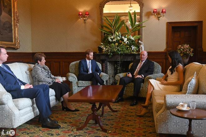 哈里王子訪問澳大利亞,總督竟然給他送小鞋,原來梅根懷孕了
