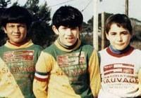 齊達內自曝童年踢球照片:佩戴隊長袖標,一頭烏黑長髮成最大亮點