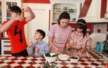 葉一茜晒全家一起包粽子 女兒專注有耐心 老公田亮和兒子似搗亂