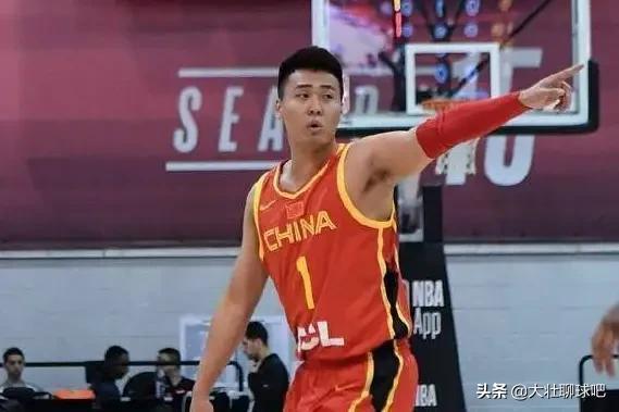 對雄鹿比賽中,趙睿又出現了極不冷靜的行為,進攻犯規拿球砸人,李楠會帶他打世界盃嗎?