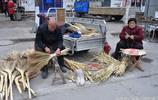 75歲老人自制做手工笤帚神器,集上擺攤邊做邊賣,生意紅火