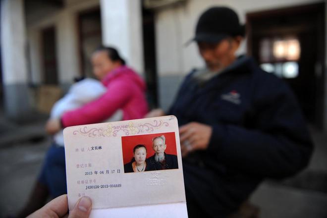 27歲女子不顧家人反對,與相處8年72歲老人求婚,如今育有一子!