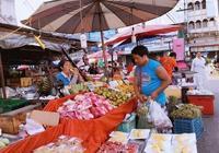 中國遊客在泰國買榴蓮,發現一塊中文標語牌,遊客不買了,回國