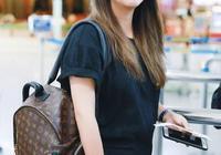 何潔現身機場,黑T恤配大碼褲矮成147cm,仨娃媽的身材太過真實