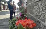 傳說大理古城朝花節堆花山擺鮮花賽花。遊客實地笑了:麻花也算?