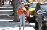 海莉·鮑德溫氣質穿搭秀美肩,出街駕豪車星氣十足