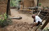 83歲農村大爺冒雨在地坑院裡幹1項大工程,城裡人沒有見過