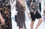 鍾麗緹一家出行,鍾麗緹穿不對稱連衣裙好美,張倫碩哪像37歲