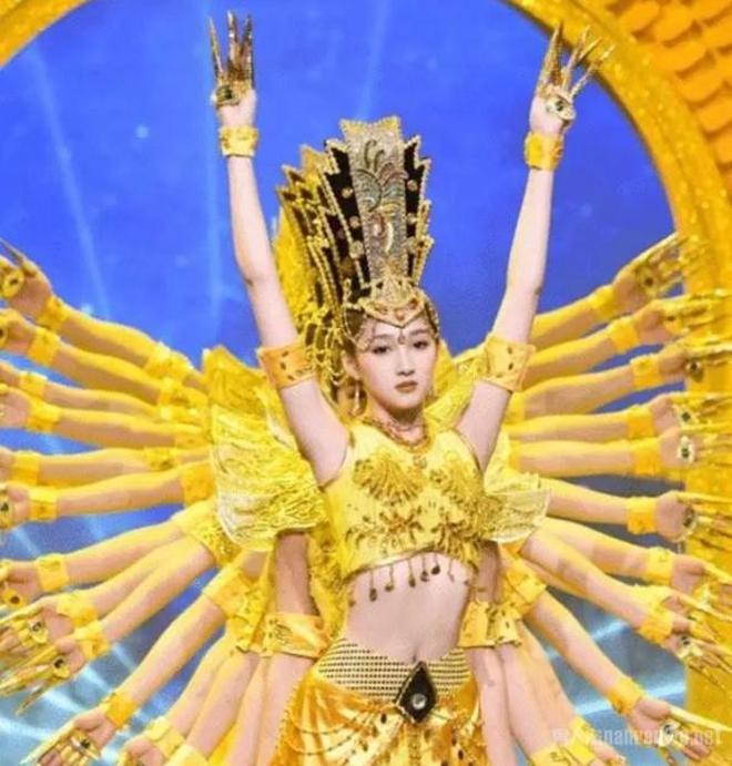 迪麗熱巴雖美的驚豔,但這幅麒麟臂卻完全敗給了關曉彤。