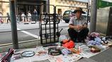 實拍香港街頭,80歲老人還在大街上工作,辛苦賺錢無法養老
