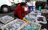大姐賣海鮮 鼓眼魚15元一斤 創新賣貨渠道 一年省下3萬攤位費