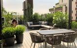 天台庭院:一個能種菜、有秋千椅和灰色防腐木地面的天台庭院