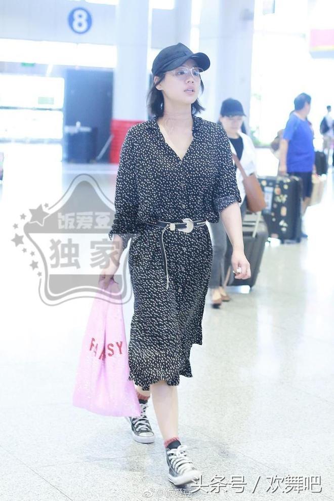 馬思純素顏現機場,這身裙子簡直一言難盡,網友:剛從菜市場買菜回來嗎?