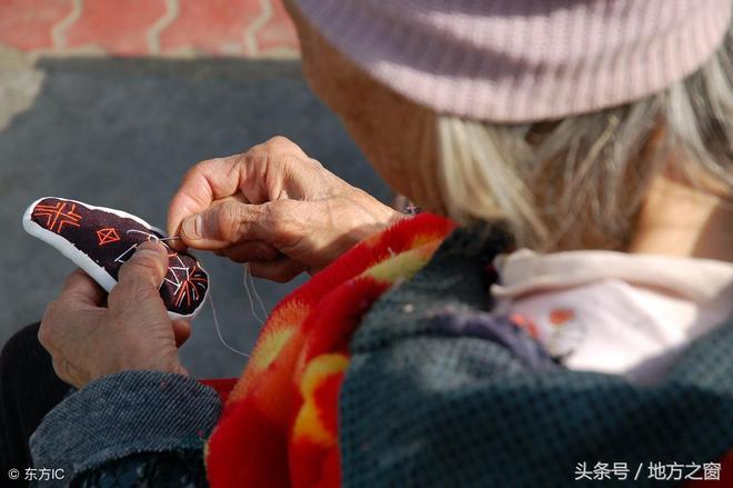 102歲湖北老人,還能穿針引線做繡花鞋,長壽祕訣只有4個字!