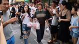 李小璐現身菜市場少女感十足 和發福的李靜對比明顯
