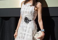 功夫女王楊紫瓊現身巴黎,56歲的她風采依舊,身穿露肩裝驚豔全場