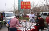 河南農村集市上的一元錢攤,很多人路過會買,看看都賣啥