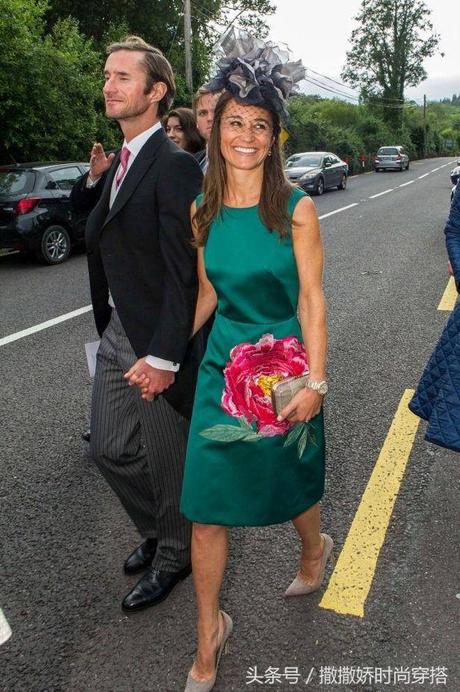凱特王妃的妹妹皮帕·米德爾頓身穿綠色連衣裙跟自己的新婚丈夫參加別人的婚禮,兩人緊握雙手,笑著甜蜜