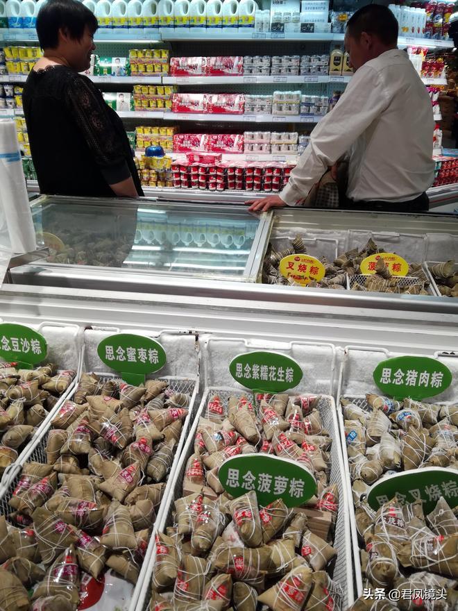 """湖北宜昌:超市掠影 雞肉產品琳琅滿目 奶牛""""站臺""""促銷牛奶"""