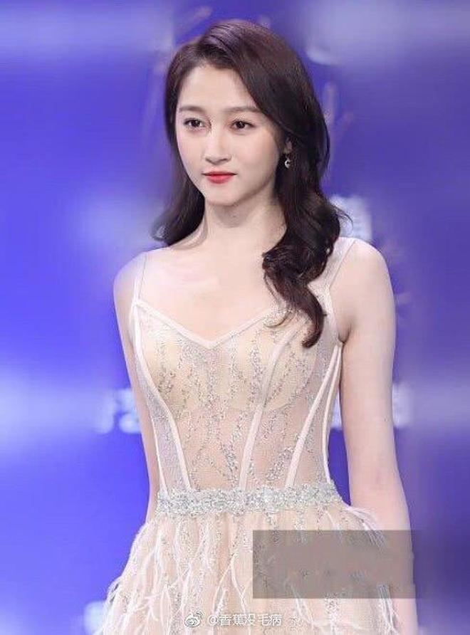 21歲關曉彤同臺24歲鞠婧禕,只差3歲,誰是你pick的小姐姐?