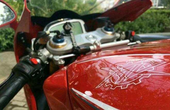 實拍,朋友賣了寶馬花50萬買摩托車,減震器鍍金,掛檔不拉離合