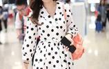 王曉晨穿黑白波點裙清新亮相,面對鏡頭舉手機殼遮擋十分傲嬌