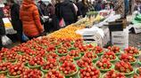 誰說北方冬季沒水果吃?帶你到農村的集市上看看,當地農民吃什麼