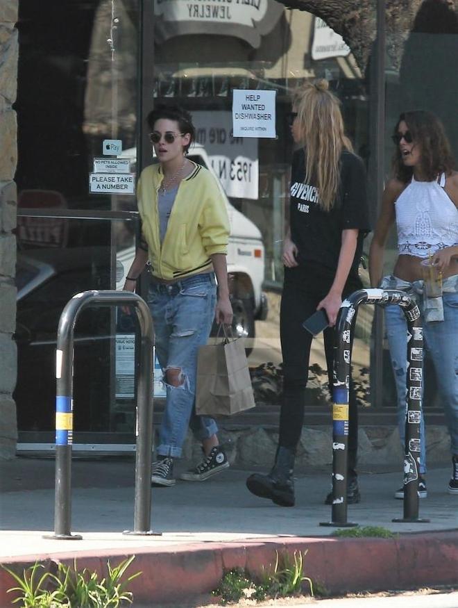 暮光女克里斯丁和她的女友一起出街,顏值演技都在暴漲,我K好帥