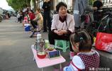3歲娃陪讀,每天隨奶奶到校門口送飯萌翻眾人