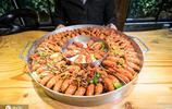 男子自制刷龍蝦神器,一天賣出1千噸龍蝦,吃一口需排隊4小時