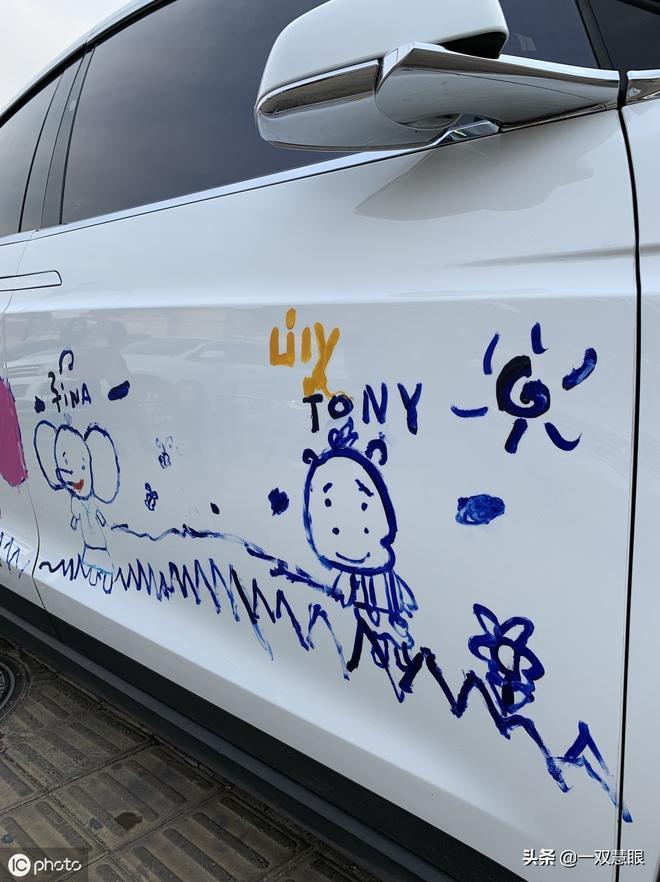 有錢就任性,孩子在自家百萬豪車上塗鴉畫畫,家長開出去被圍觀