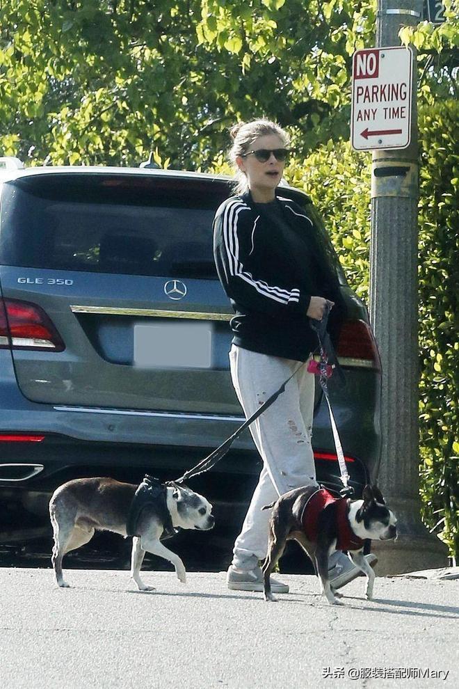 凱特·瑪拉現身街頭遛狗,簡約休閒裝穿搭帥氣十足