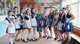 俄羅斯女生校服夠奇特!有這樣的女同桌,誰不愛上學?