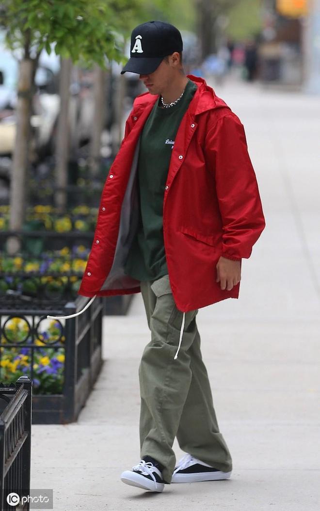 賈斯汀·比伯紅衣配綠T出街,頭戴遮陽帽,終於不再像油膩大叔了