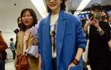 陳數時尚大衣內搭白T搭配破洞牛仔褲現身機場 熱情和粉絲親切互動