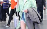迪麗熱巴機場近照,條紋外套簡約又不失時尚,小白帽簡直美翻了!