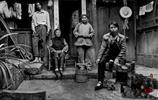 老照片:中國最後一代的纏足女人,圖2為纏足的腳與正常腳的對比