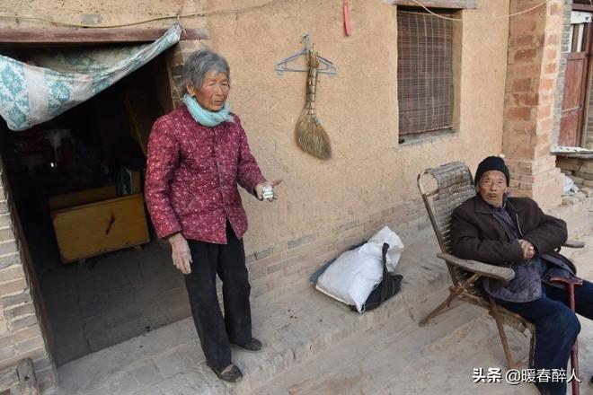 心酸!82歲農村奶奶為生計挖野草,一天掙5元錢