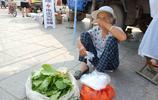 農村大集上,72歲奶奶賣自家吃不了的蔬菜,半天賣5元錢,很高興