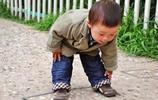真實4歲男孩駝背嚴重,醫生怒了,父母起初只是認為這都對孩子好