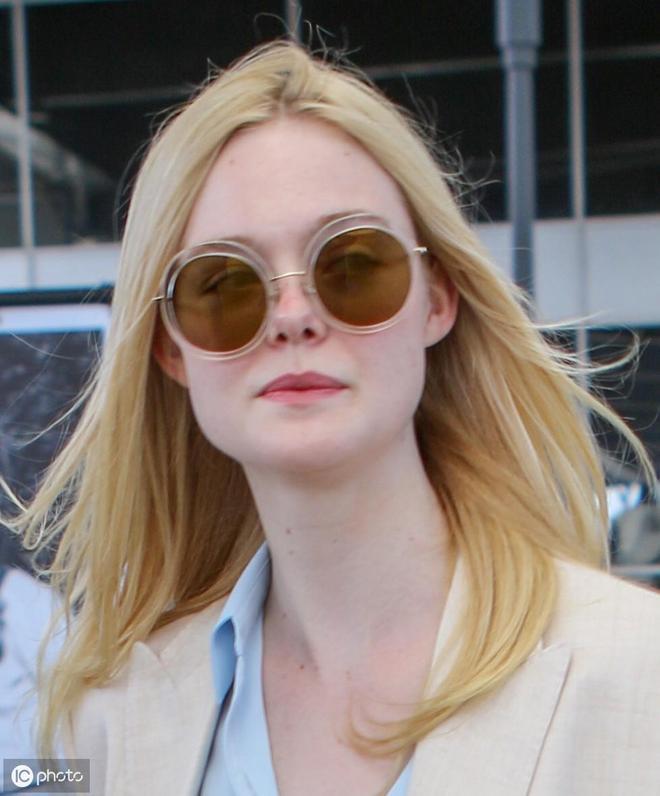她穿著奶油褲套裝毫不費力,僅限照片在六國走紅。。。
