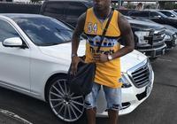 橄欖球球星馬歇爾身穿掘金球衣抵達丹佛
