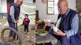 30年前花兩千元買拖拉機的老人,如今77歲在村裡拉平板車幹農活