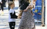 希拉里·達芙時尚穿搭盡顯女性魅力,單手抱娃現身街頭媽媽力十足