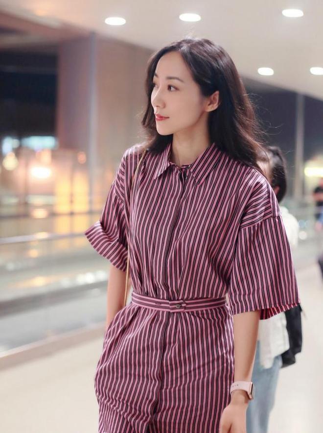 韓雪時髦了不少!暗紅色條紋連衣裙機場街拍,猶如機場畫報!